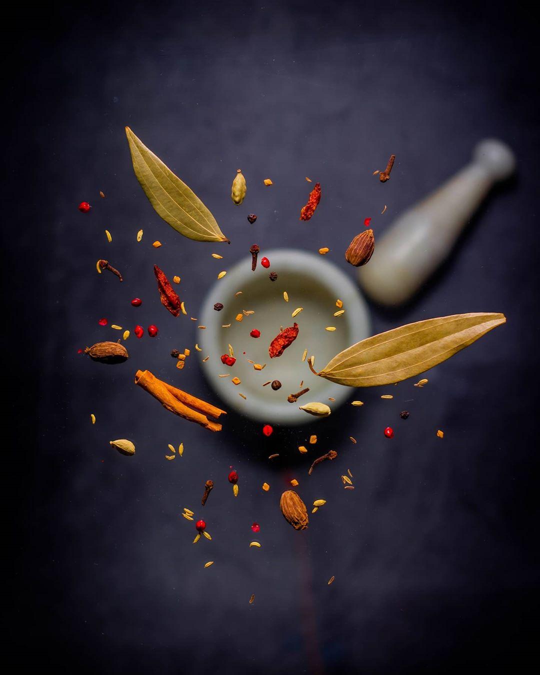 Levitando especiarias sobre o almofariz e o pilão flutuando no tutorial de fotografia de alimentos
