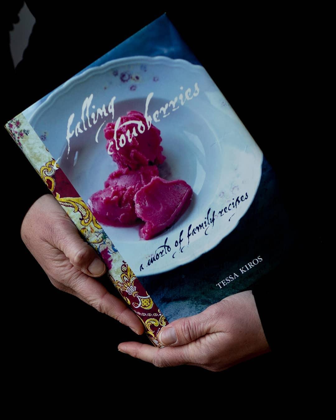 pegando seu livro de receitas favorito da prateleira