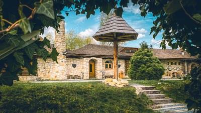Snímek zachycující kamennou budovu Restaurace Bašta.