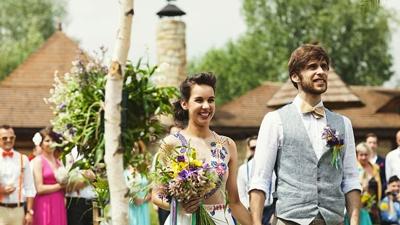 Svatební pár během obřadu v Resortu Svět.