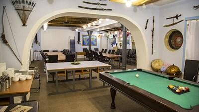 Snímek interiéru kongresového centra sloužícího pro firemní akce a prezentace.