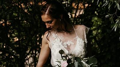 Snímek nevěsty během svatebního focení u kapličky Svatého Jána.