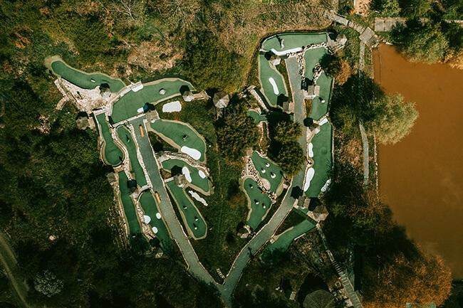 Pohled z ptačí perspektivy na putting golfové hřiště Úžice.