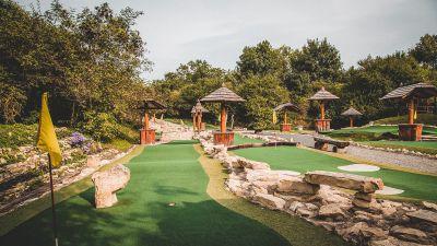 Fotografie jamek místního putting golfového hřiště.