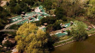 Další snímek z ptačí perspektivy na putting golfové hřiště a přilehlé rybníky sloužící k rybolovu.