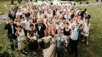 Skupina svatebčanů na hromadném focení.