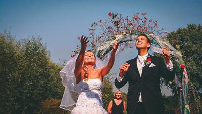 Svatební pár po obřadu v Resortu Svět.