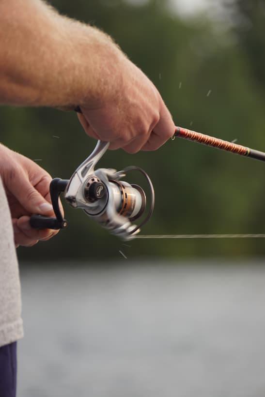 Zapřáhnutý rybářský prut.