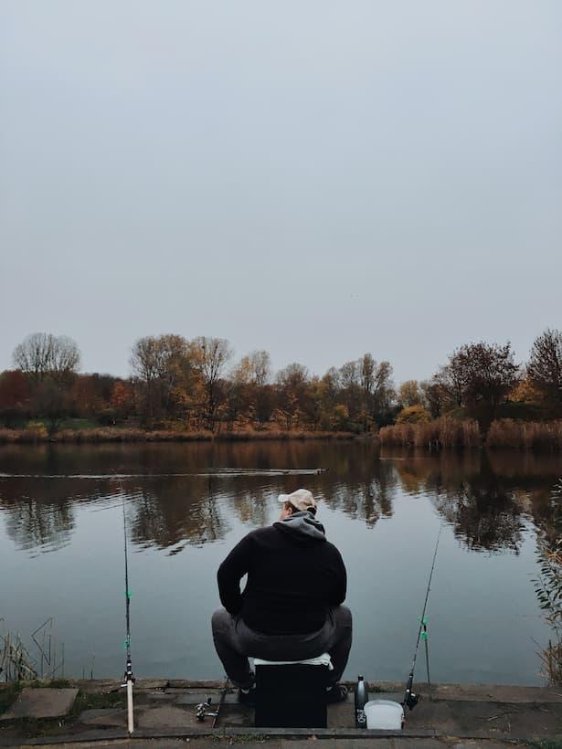 Rybář čekající na svůj úlovek.