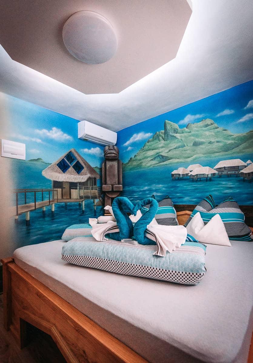 Tahiti pokoj je ideální pro wellness zážitek a to jak pro jedince, tak i pro páry. Disponuje unikátním tajným vchodem do našeho wellness centra.