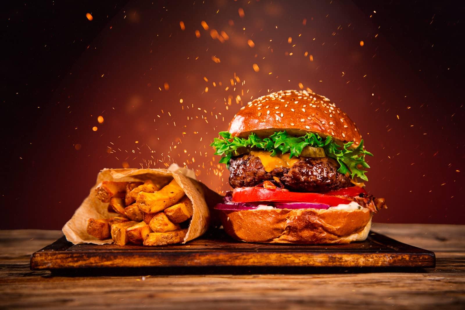 Burger a hranolky přímo z ohně.