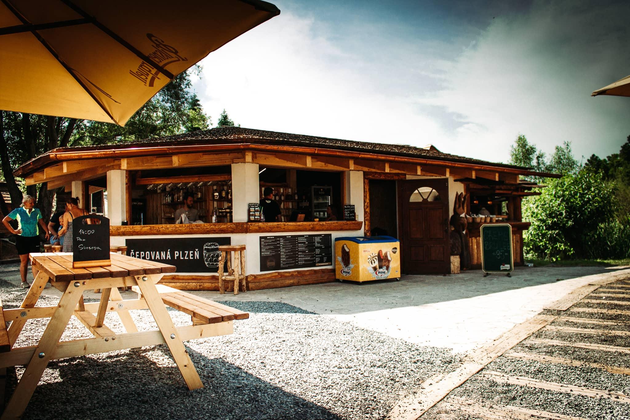 Letní Bistro Ranč v Resort Svět. Burgery, pizza a gril kousek za Prahou, Úžice, Kralupy nad Vltavou.