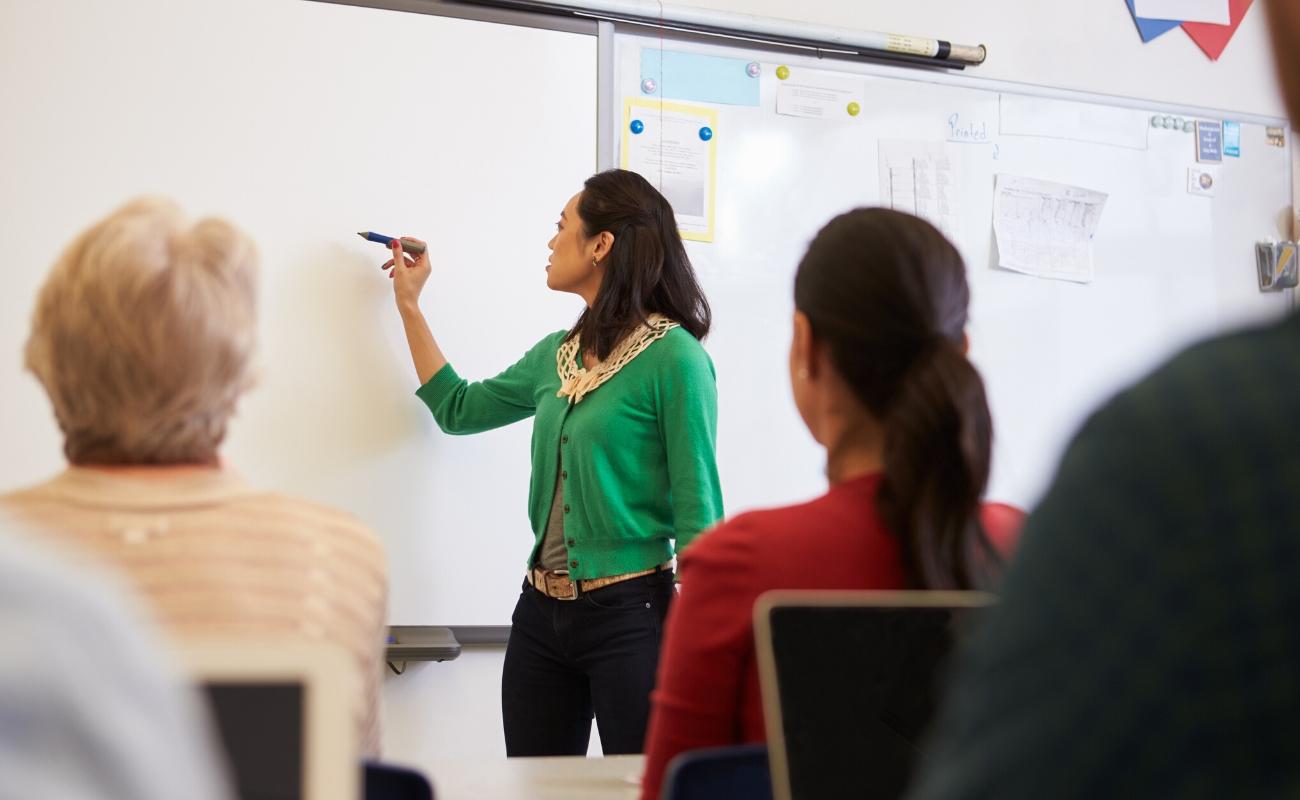 Undervisning kvinne ved tavle