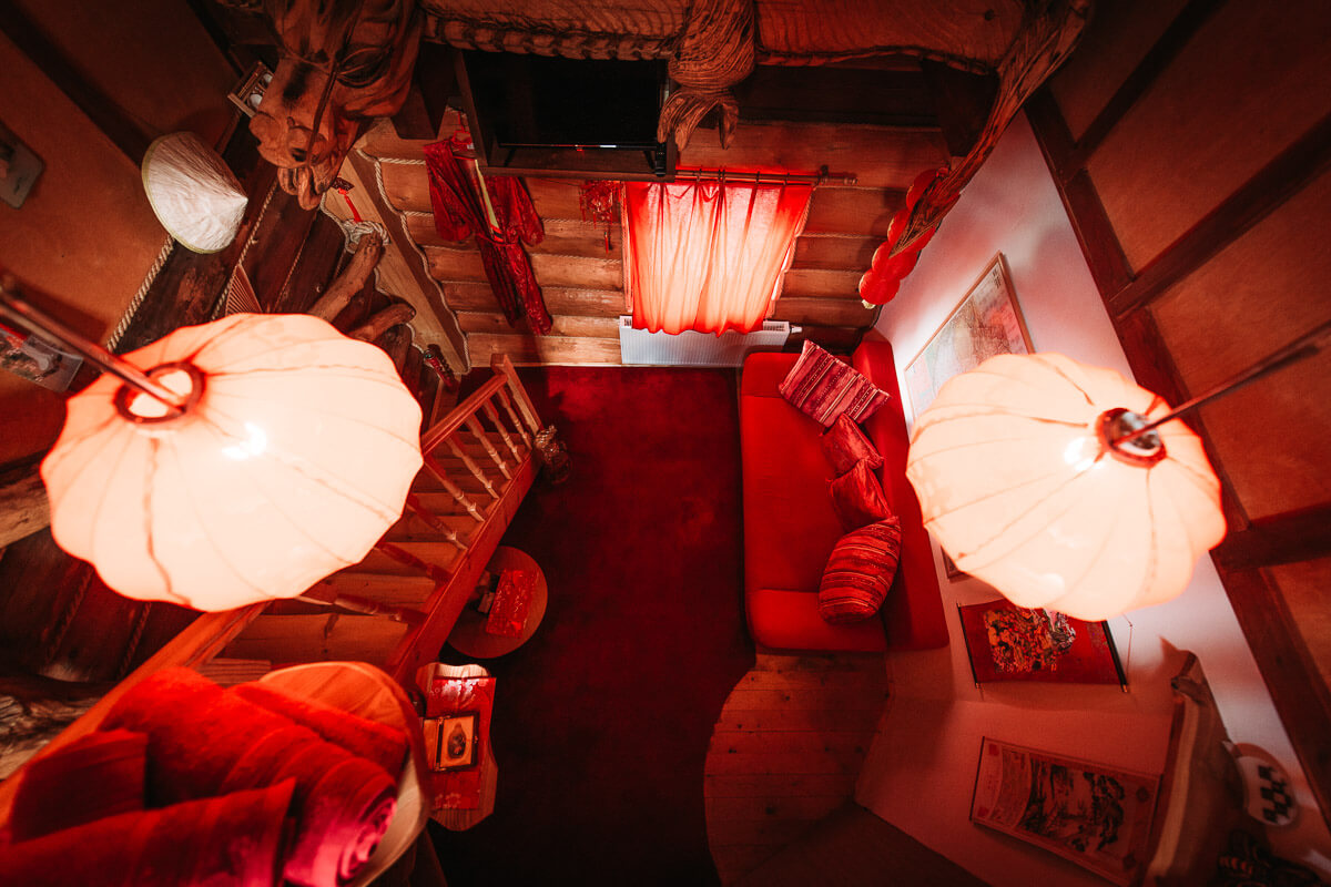 Největší pokoj se skládá ze dvou samostatných oddělených pokojů v červené barvě. Menší pokoj s čínskou zdí a větší s vyřezaným čínským drakem. Apartmán má balkon, velkou manželskou postel a červenou koupelnu.