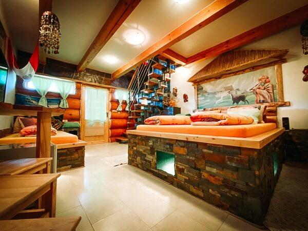 Klimatizovaný kamenný apartmán starobylého impéria Inků, soubor kamenných teras, galerií a stěn porostlých zelenou trávou. Pokoji vévodí velká postel pod malbou Machu Picchu.