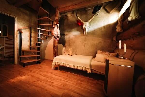 V pokoji jsou oddělené postele. Dominuje žlutá barva, stropy z pravé juty, bavlněná omítka, rohy a kůže býka. V koupelně se nachází mozaika nejznámější arény pro býčí zápasy v Madridu a datlová palma.