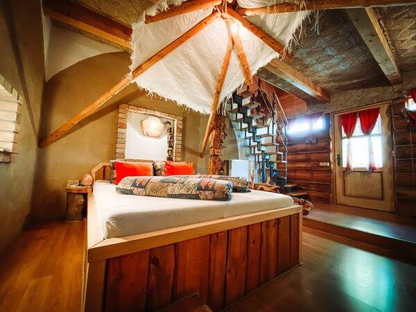 Dominuje hnědá barva, stropy z kukuřičné rohože, hliněná omítka. Nad manželskou postelí najdete indiánské týpí s vyřezávaným totemem a v koupelně nejznámější skály - monument Valley.