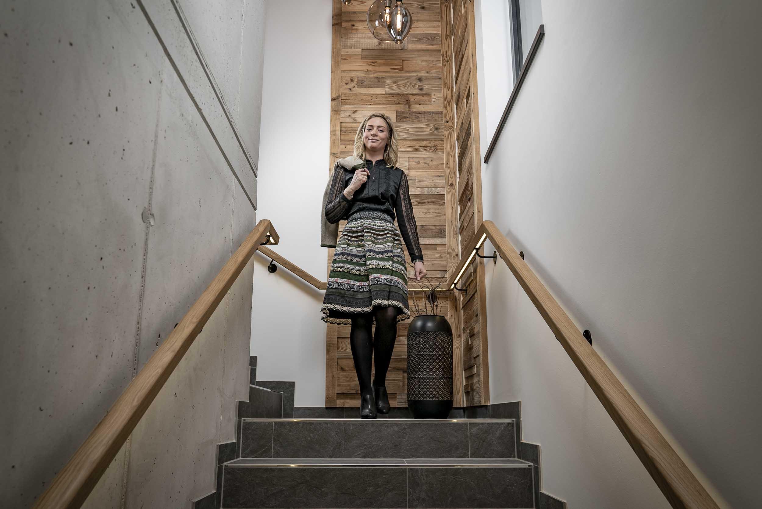 Anna im Stiegenhaus.