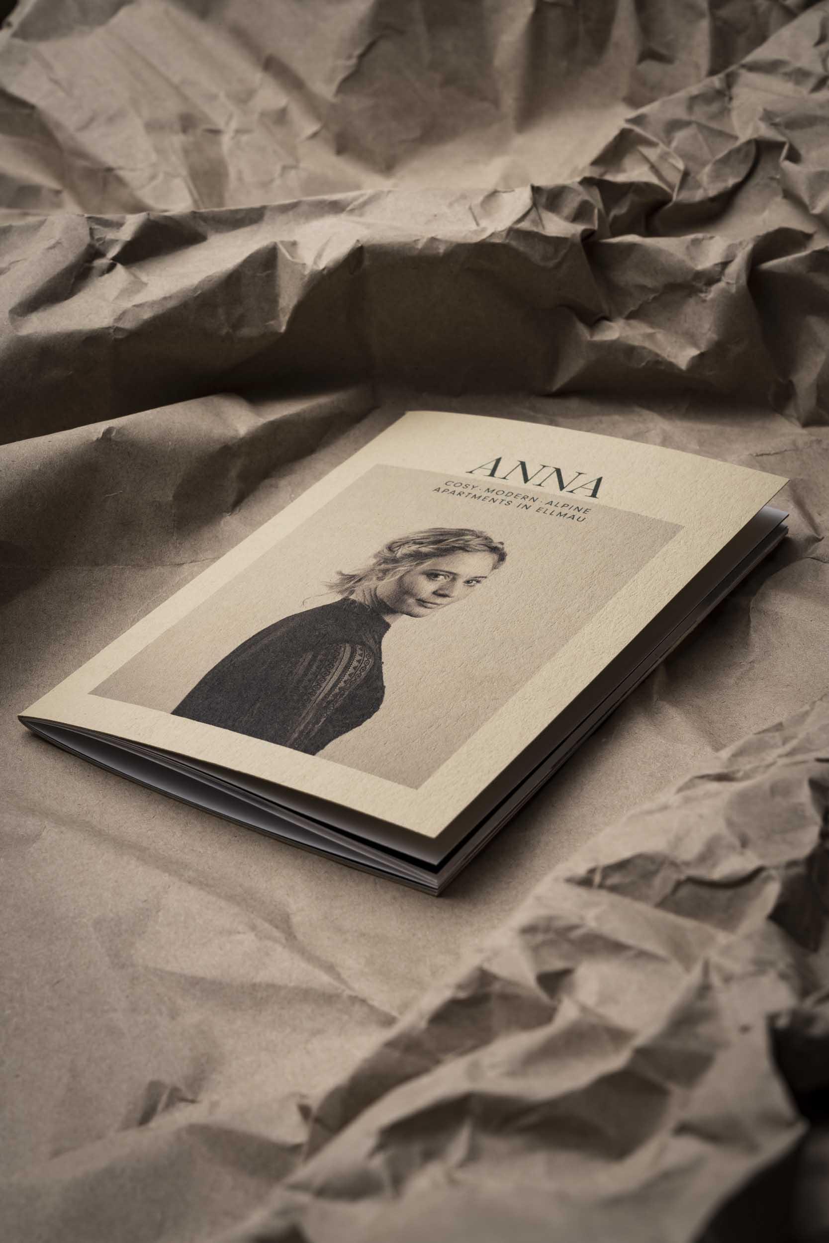 Ein Porträt von Anna ziert das Titelbild ihrer handlichen Imagebroschüre.