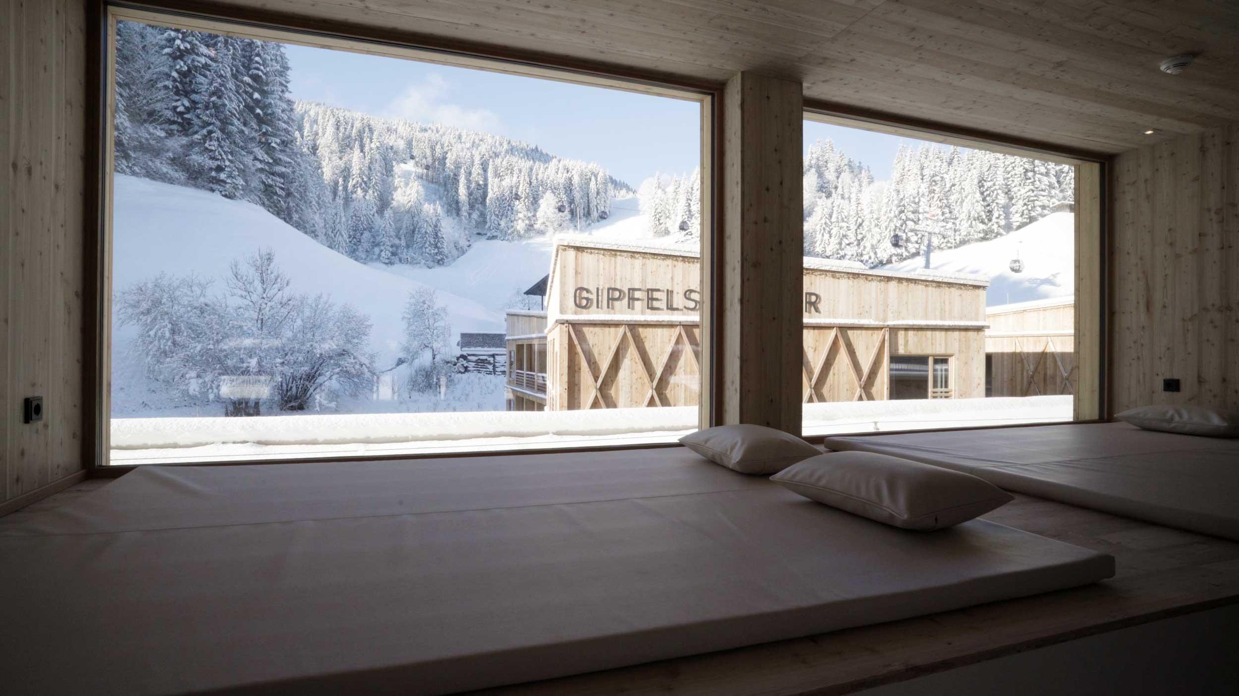 Panoramaruhezohne im Wellnessbereich der Tirol Lodge.