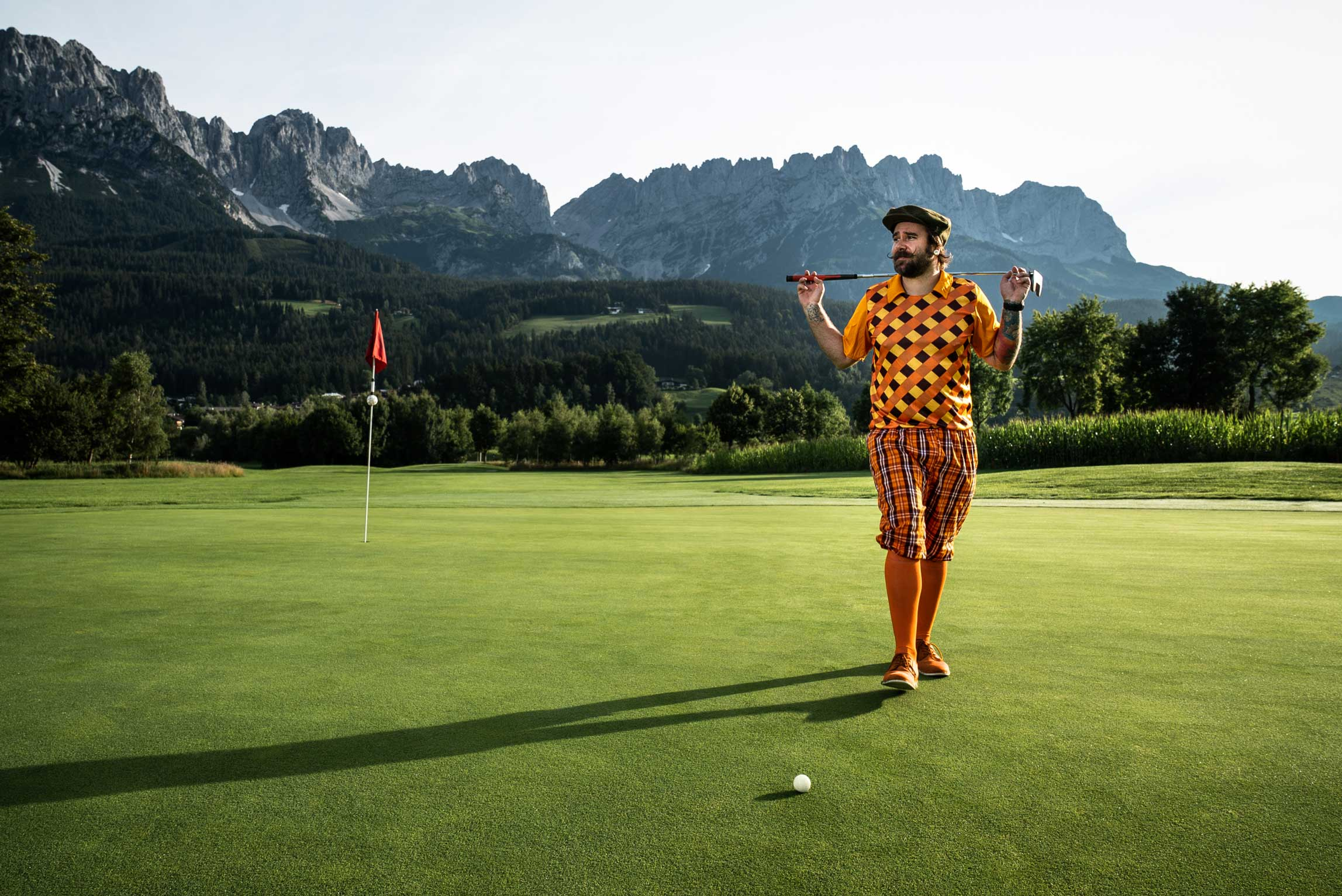 Golfer in extravagantem Outfit am Green.