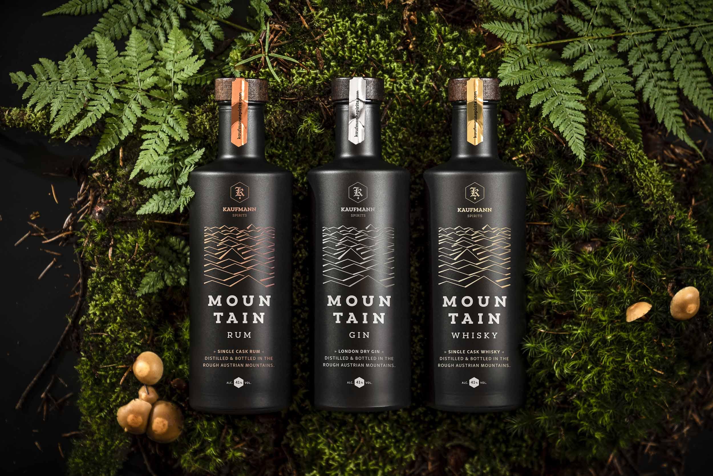 Mountain Gin, Mountain Rum, Mountain Whisky in Moos gebettet.