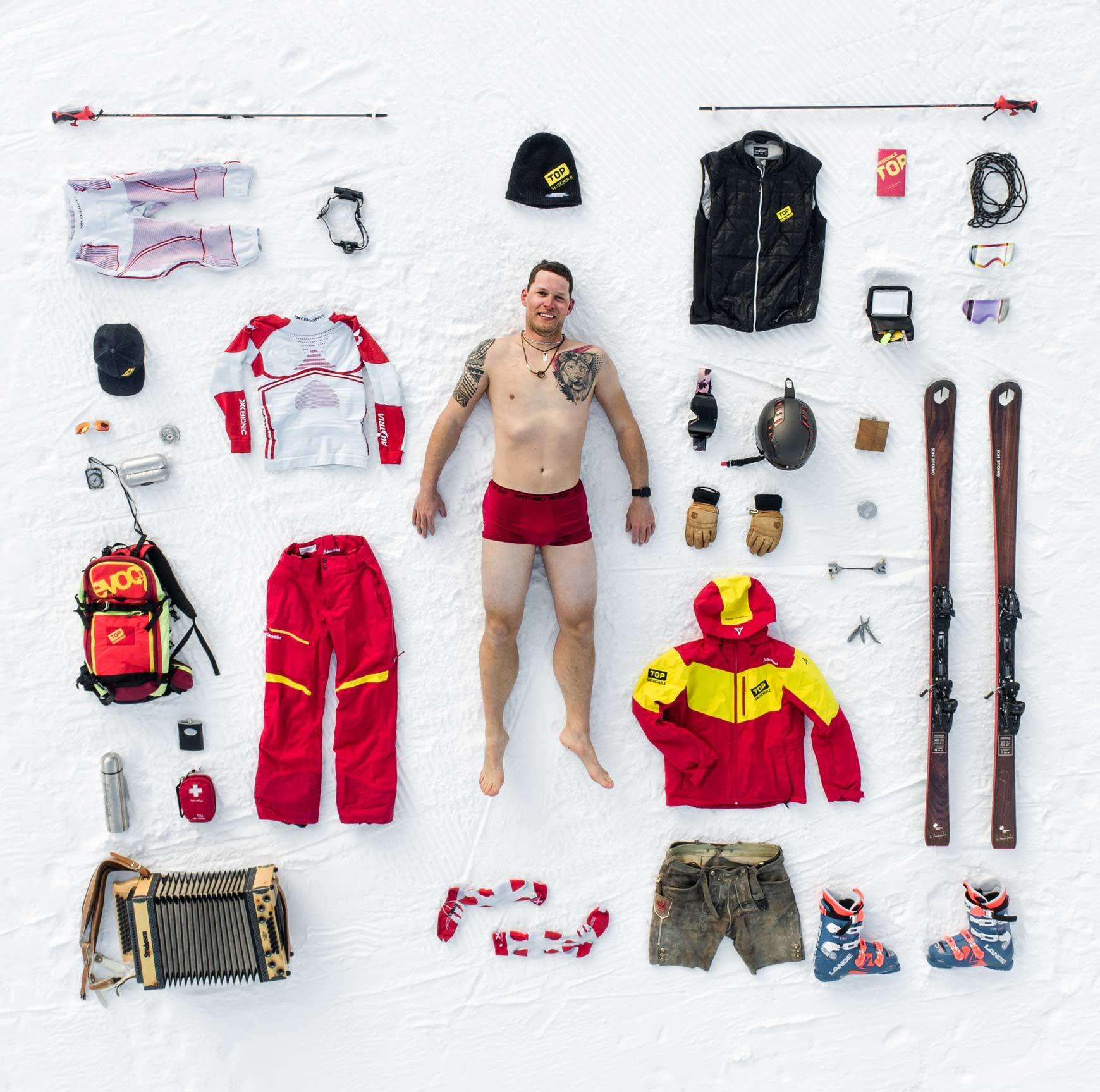 Die Ausrüstung eines Skilehrers auf der Skipiste angeordnet.