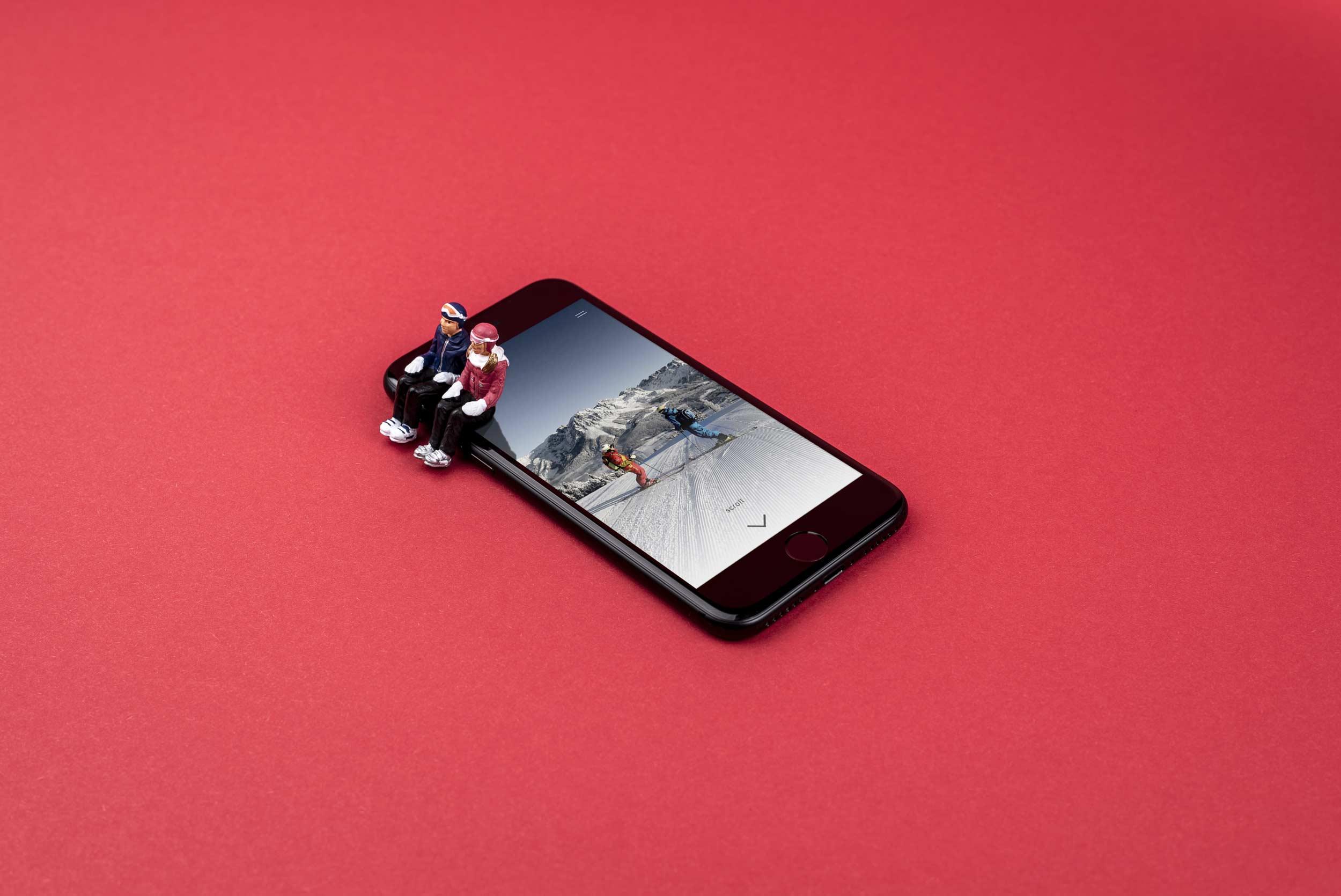 Die Webseite der Top Skischule wird in einem Handy angezeigt.