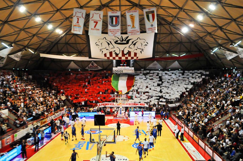 Curva con coreografia dedicata allo Scudetto U17 della Dife Pistoia Basket