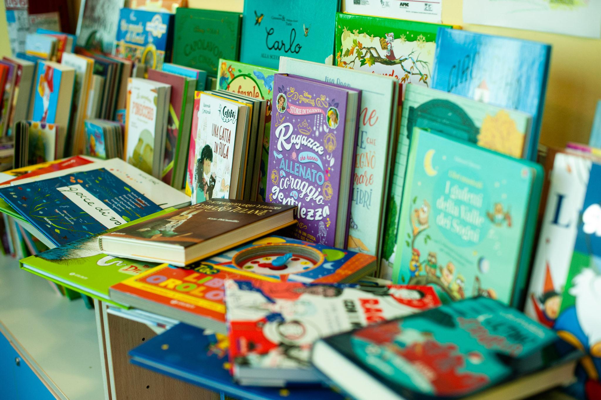 """Libreria donata al reparto pediatrico dell'ospedale San Jacopo di Pistoia nell'ambito dell'iniziativa Giunti """"Aiutaci a crescere, regalaci un libro!"""""""