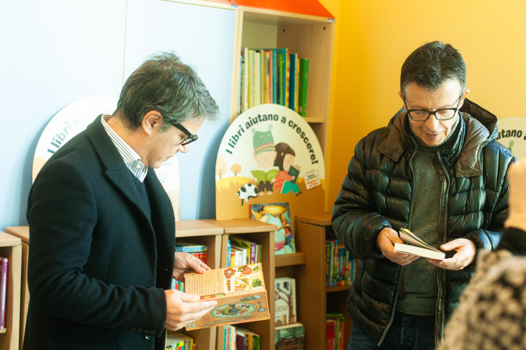 Due persone sfogliano i libri donati