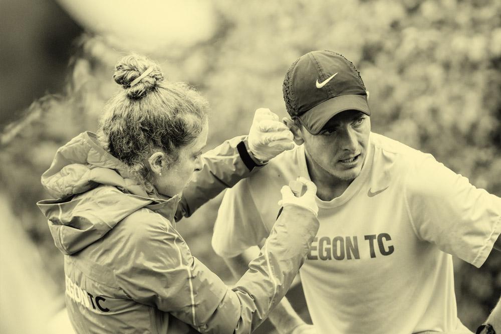 Orreco equipo que examina a un atleta con una prueba de biomarcadores en el punto de atención