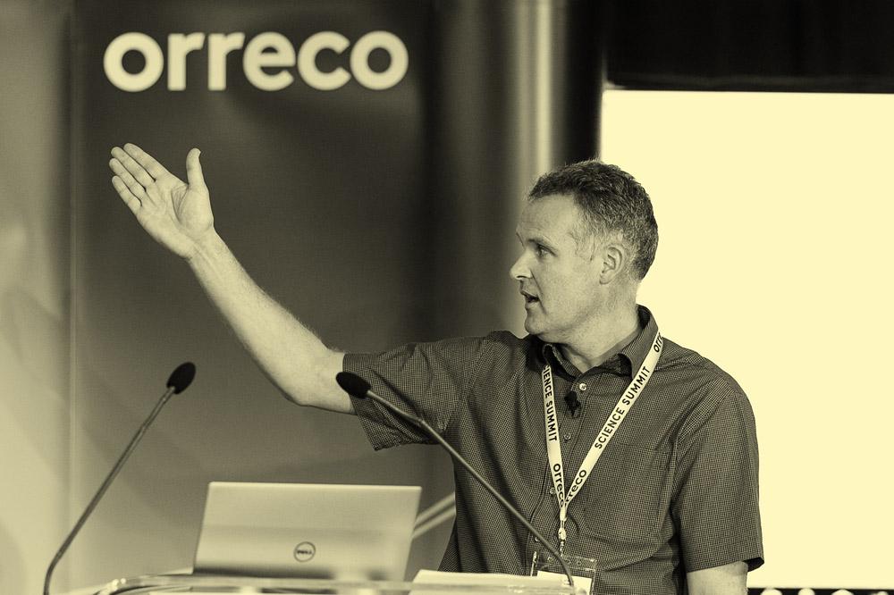 El profesor John Newell presenta su investigación en una cumbre de Orreco