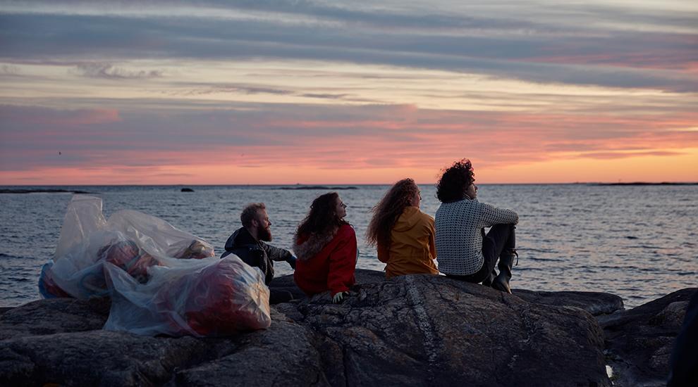 Ryddelag som ser på solnedgangen