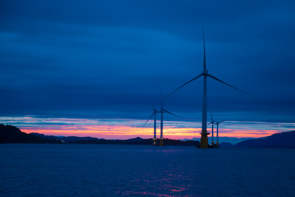 What are the opportunities and risks in the floating wind sector?