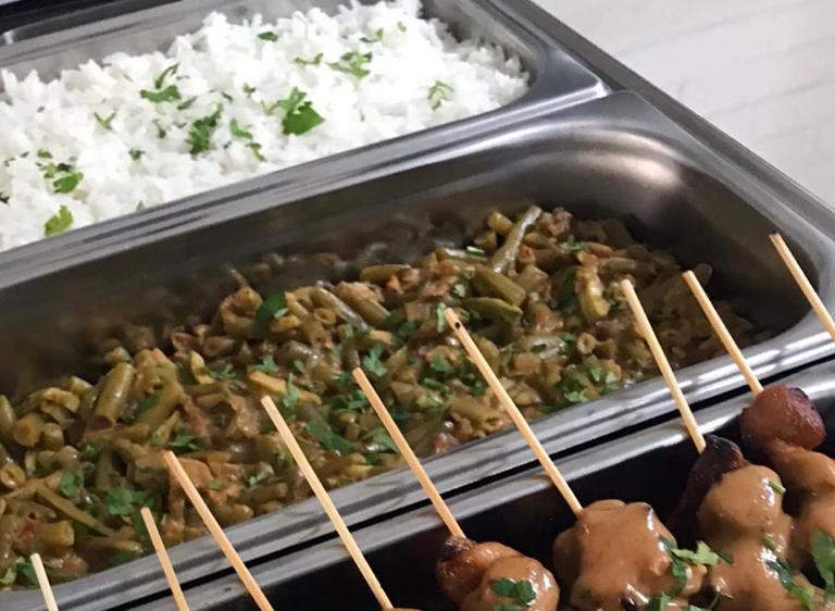 Nasi Goerih op een bord van Dana's Kitchen in Hengelo