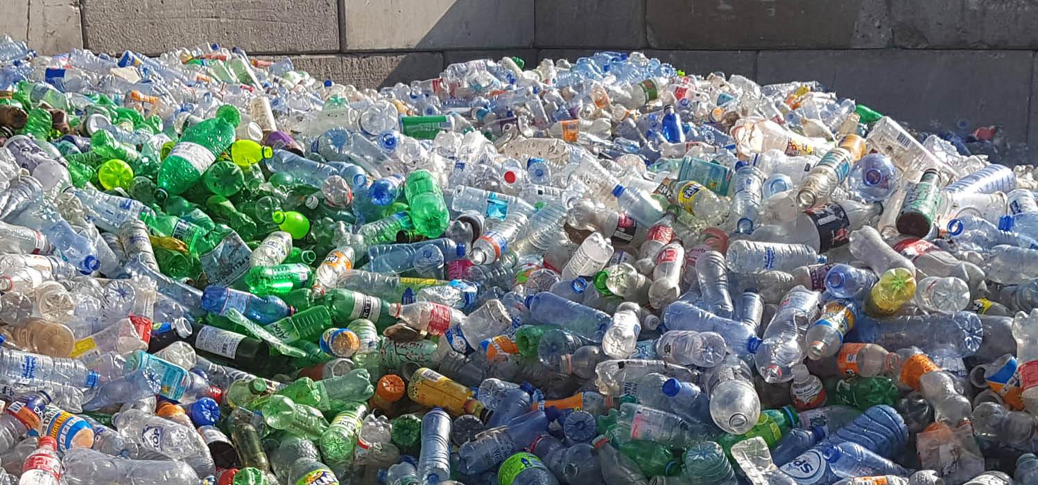 grote bult met lege plastic flessen