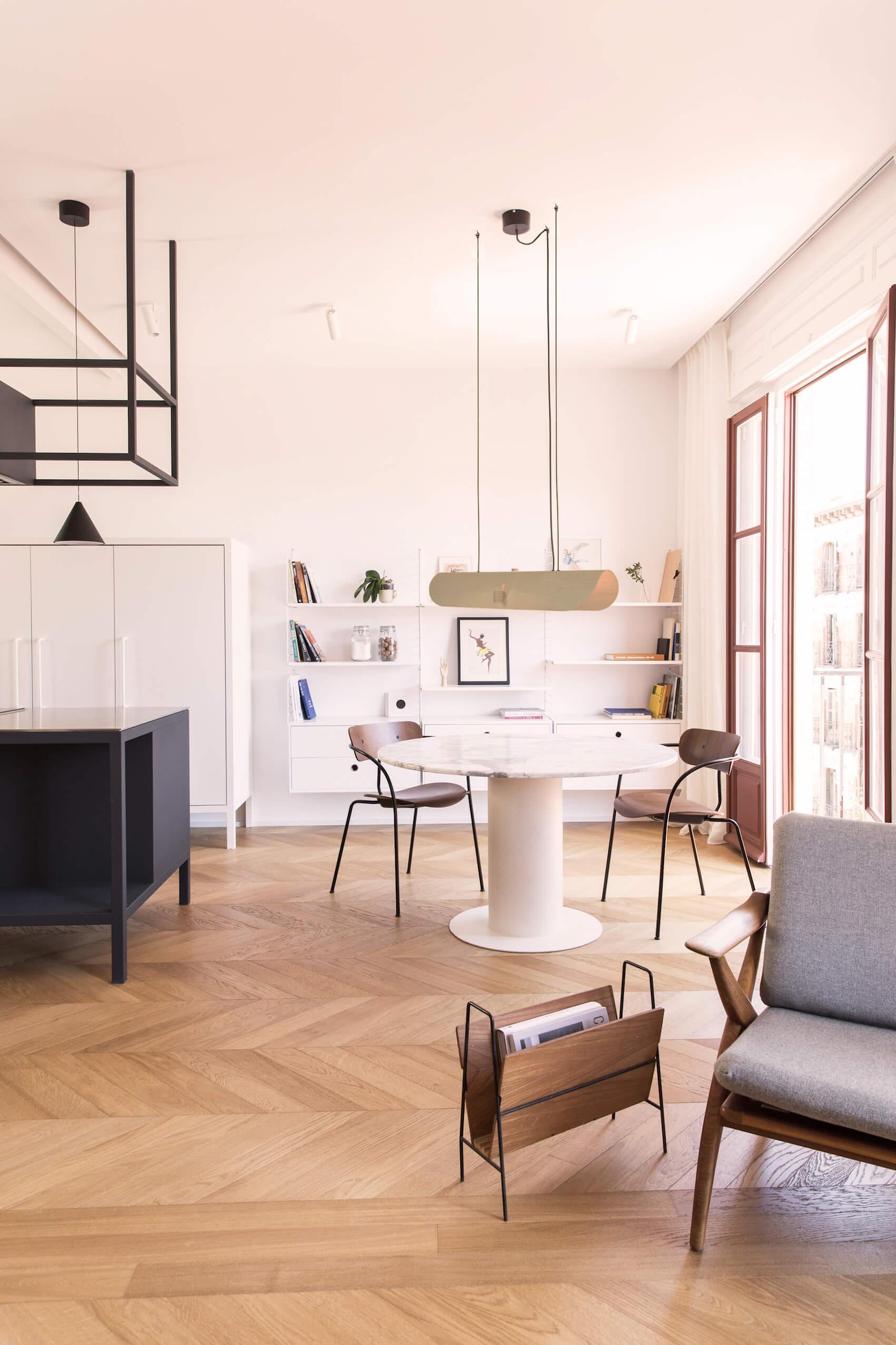 tafel met twee stoelen in een lichte ruimte