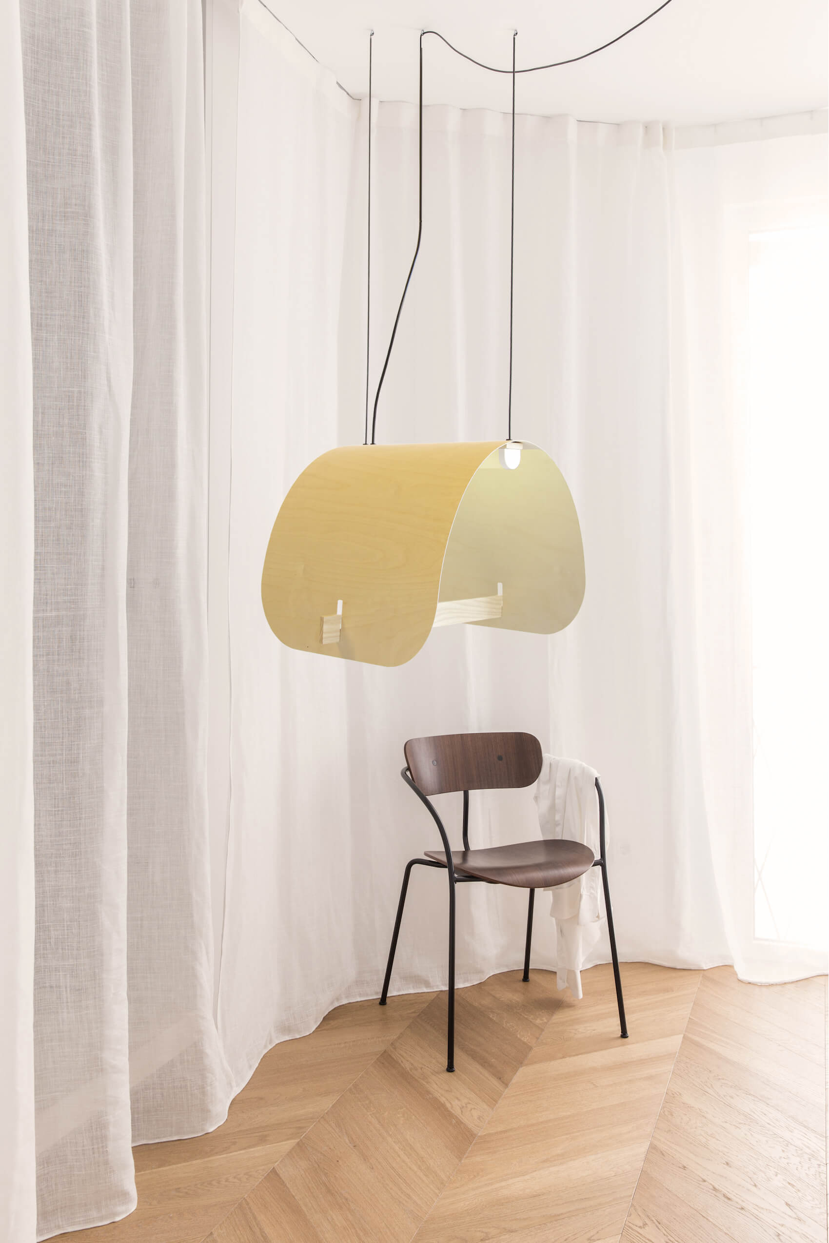 lamp hangt boven een stoel