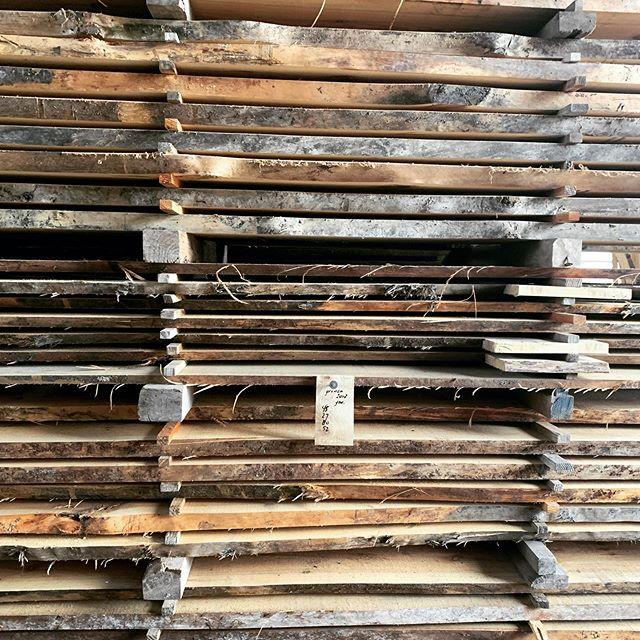 ruwe houten planken op een stapel