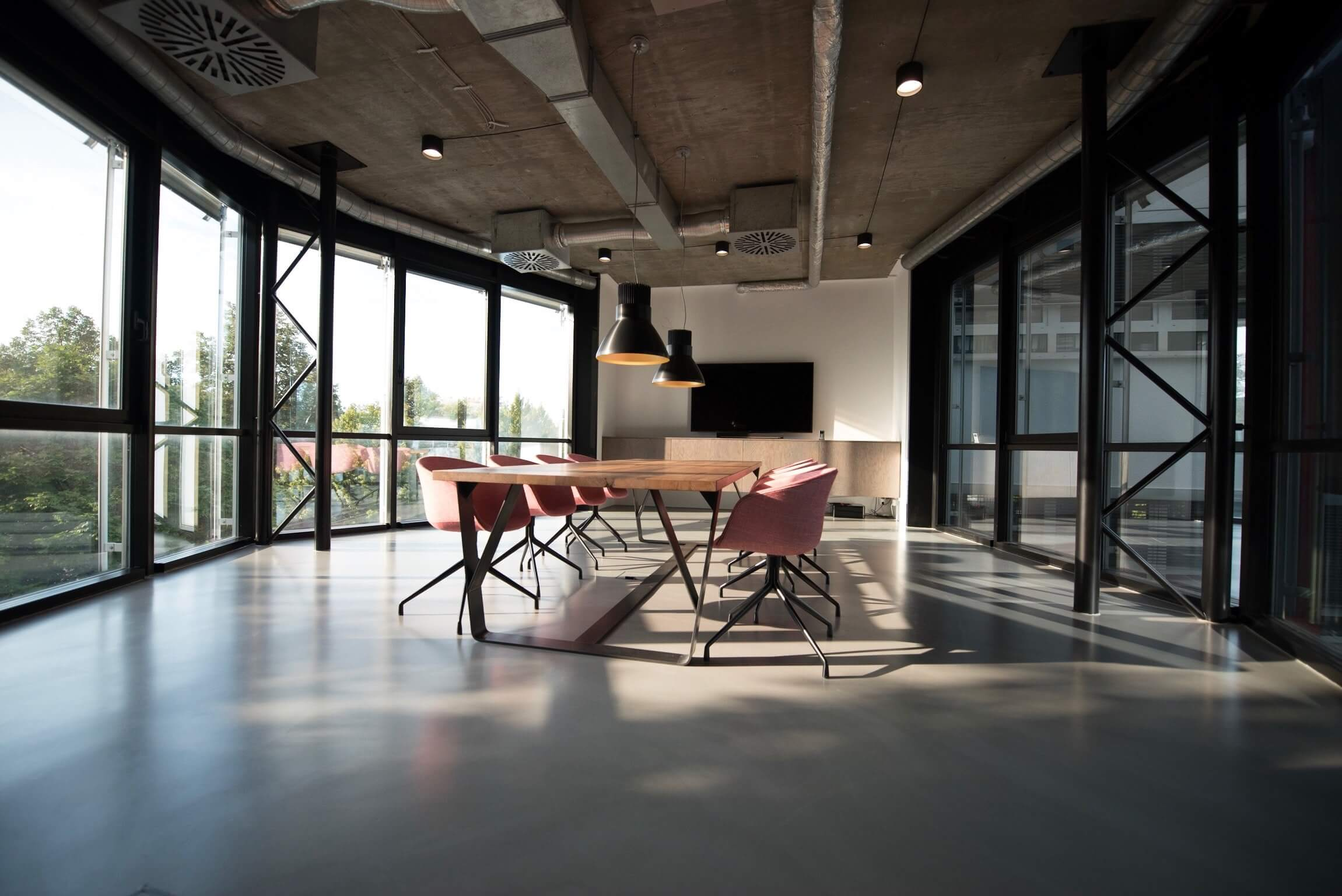 vergaderzaal met glazen wanden en vergadertafel met stoelen