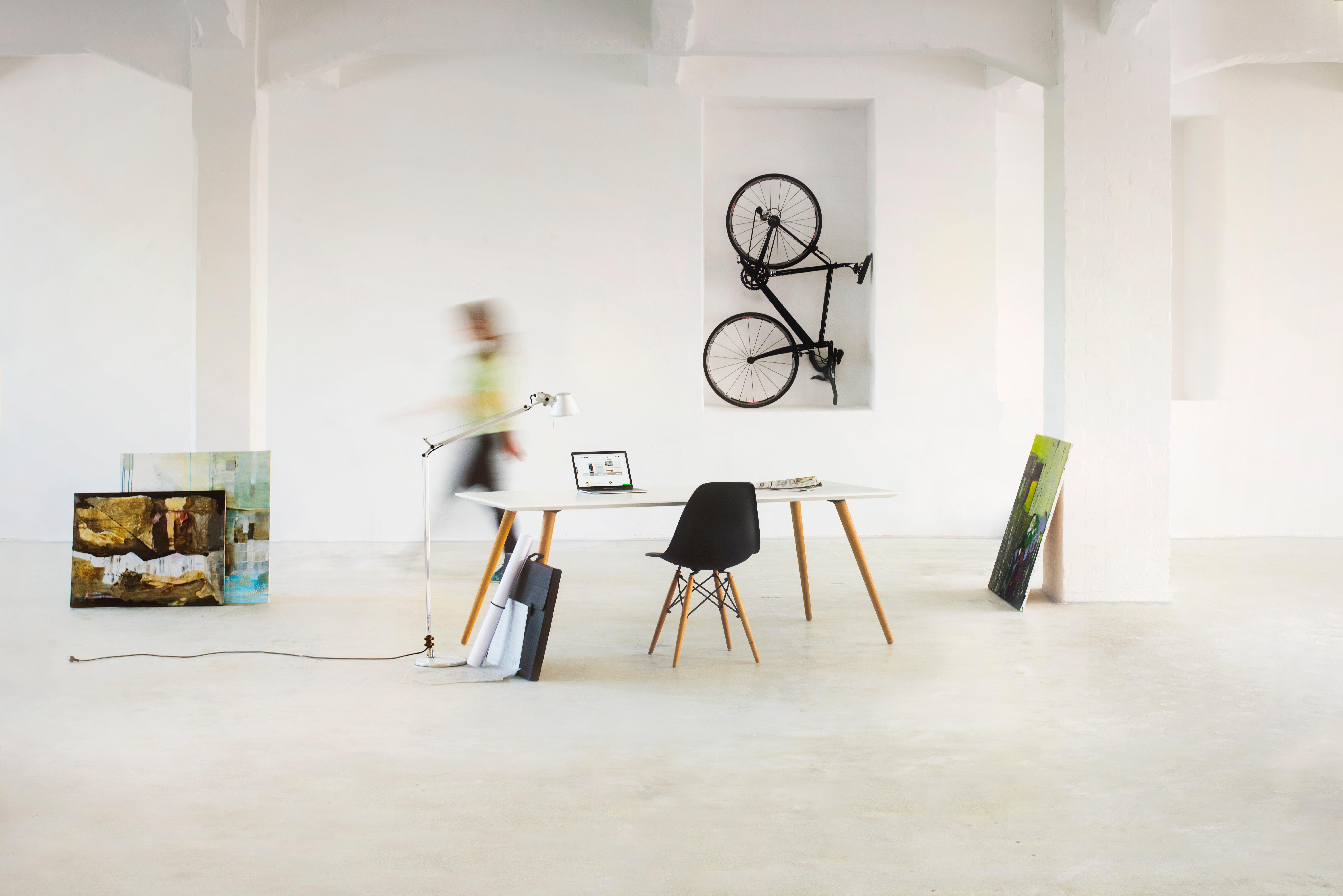 Minimalistische indeling van ruimte met bureau met stoel