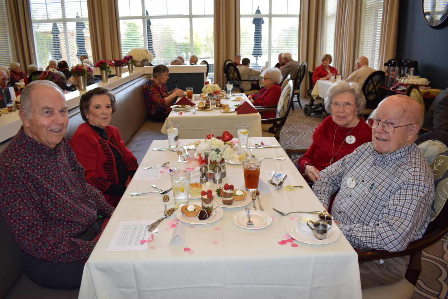 Arbor Oaks residents at a dining table