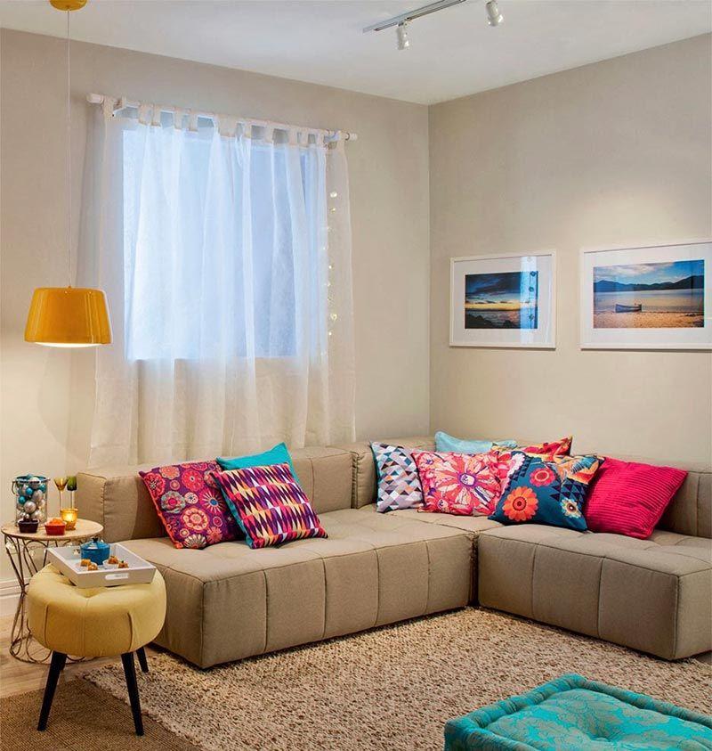 Imagem 1 – Os acessórios levam cor para uma sala neutra.