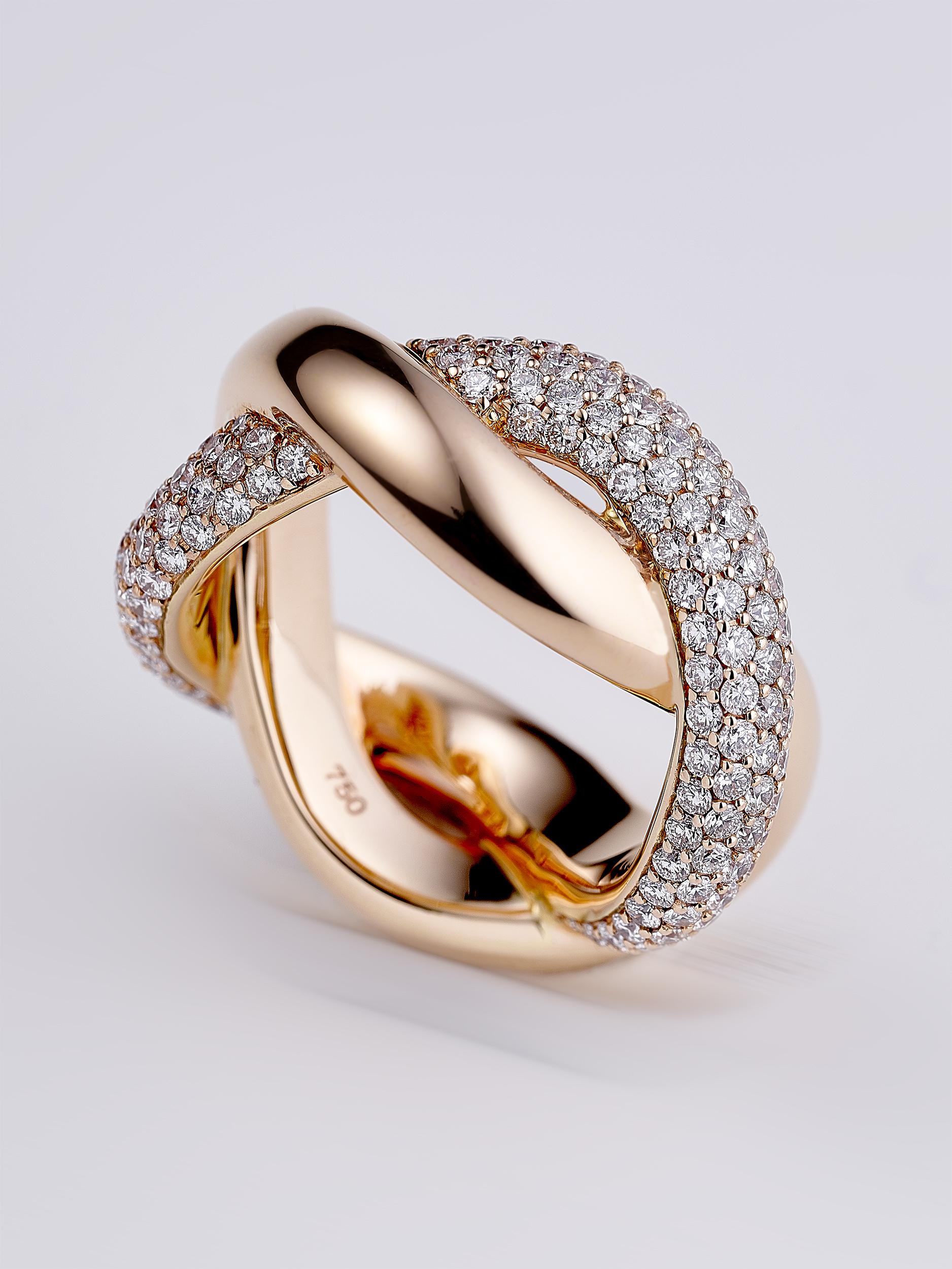 une bague doublée croisée avec des diamants