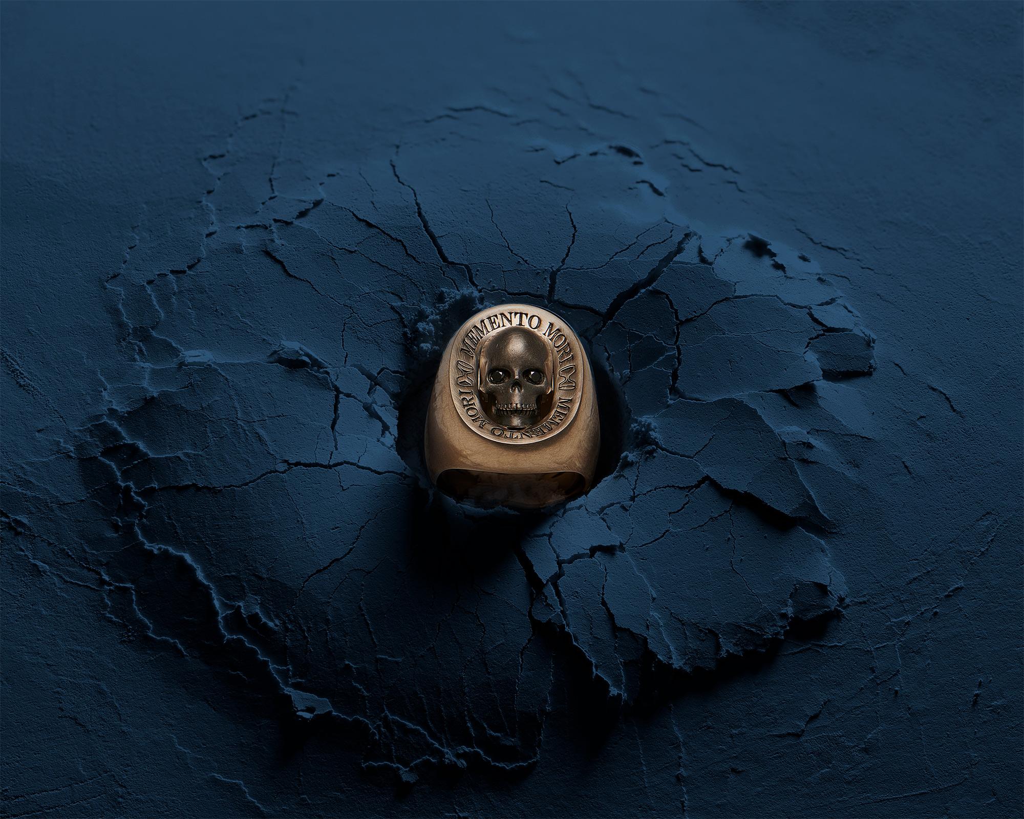 photographie d'ambiance d'une bague chevalière en or jaune pour un bijoutier en suisse
