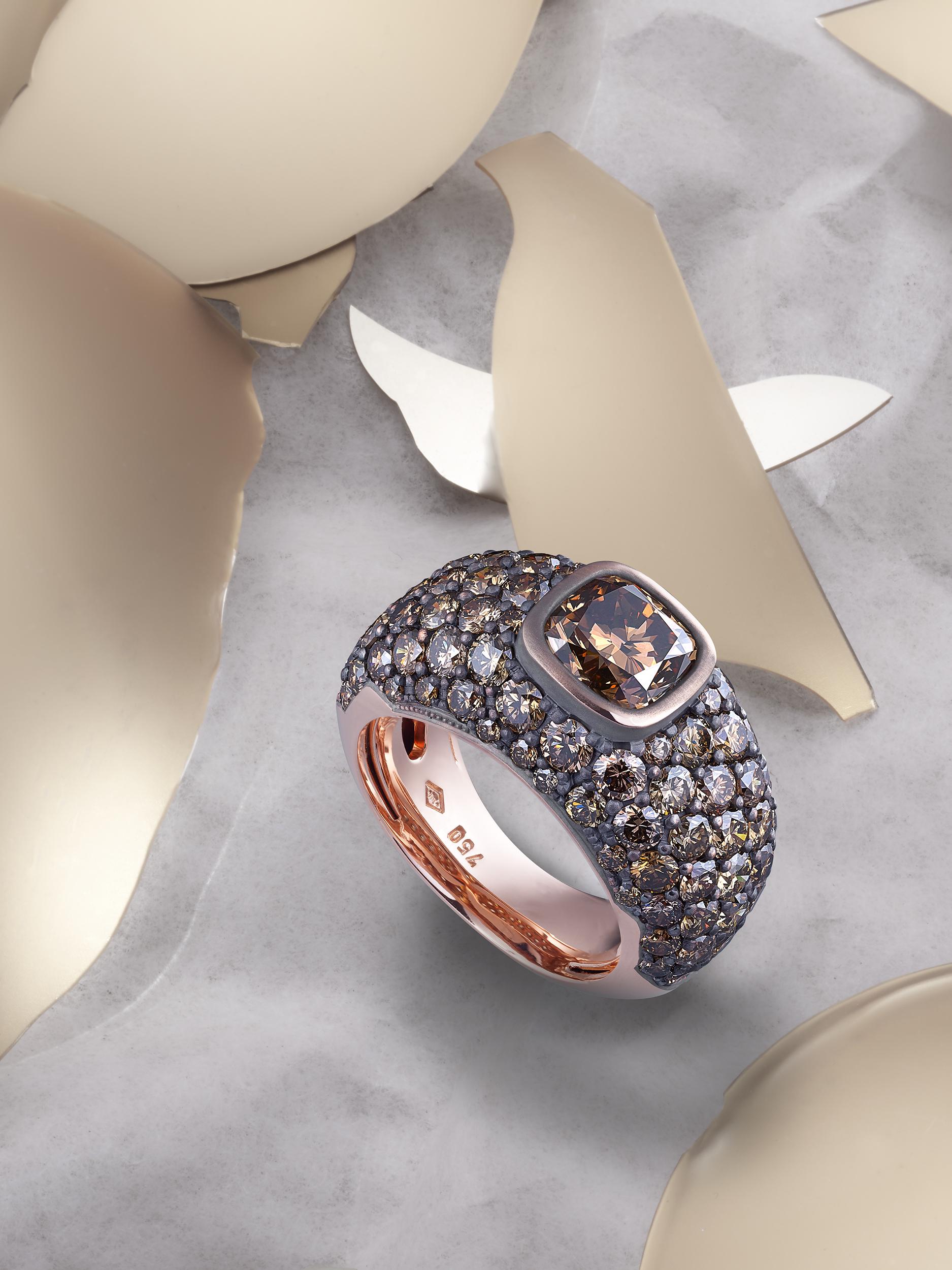 magnifique bague or avec des pierres brunes, image créative de bijoux pour une publication editorial