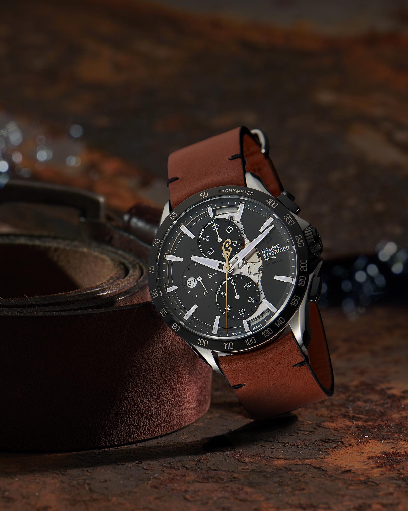 photographie d'ambiance de la montre de beaume et mercier, bracelet cuir