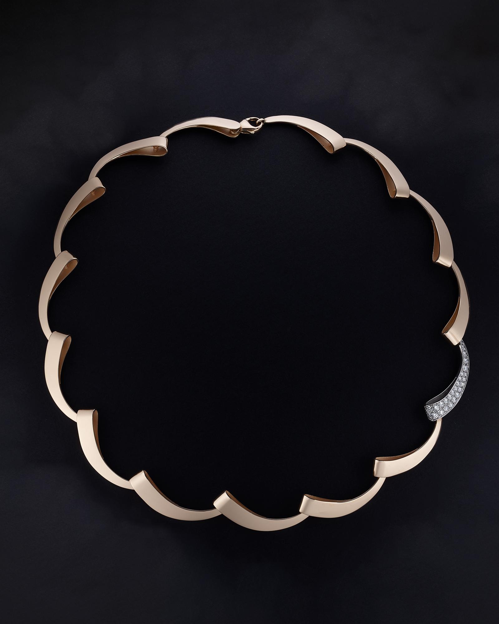 collier or photographié sur un fond noir