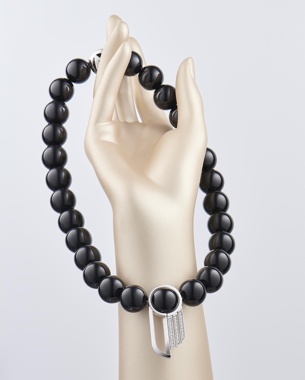 image d'un collier en onyx noir sur un support de décoration de vitrine de bijouterie